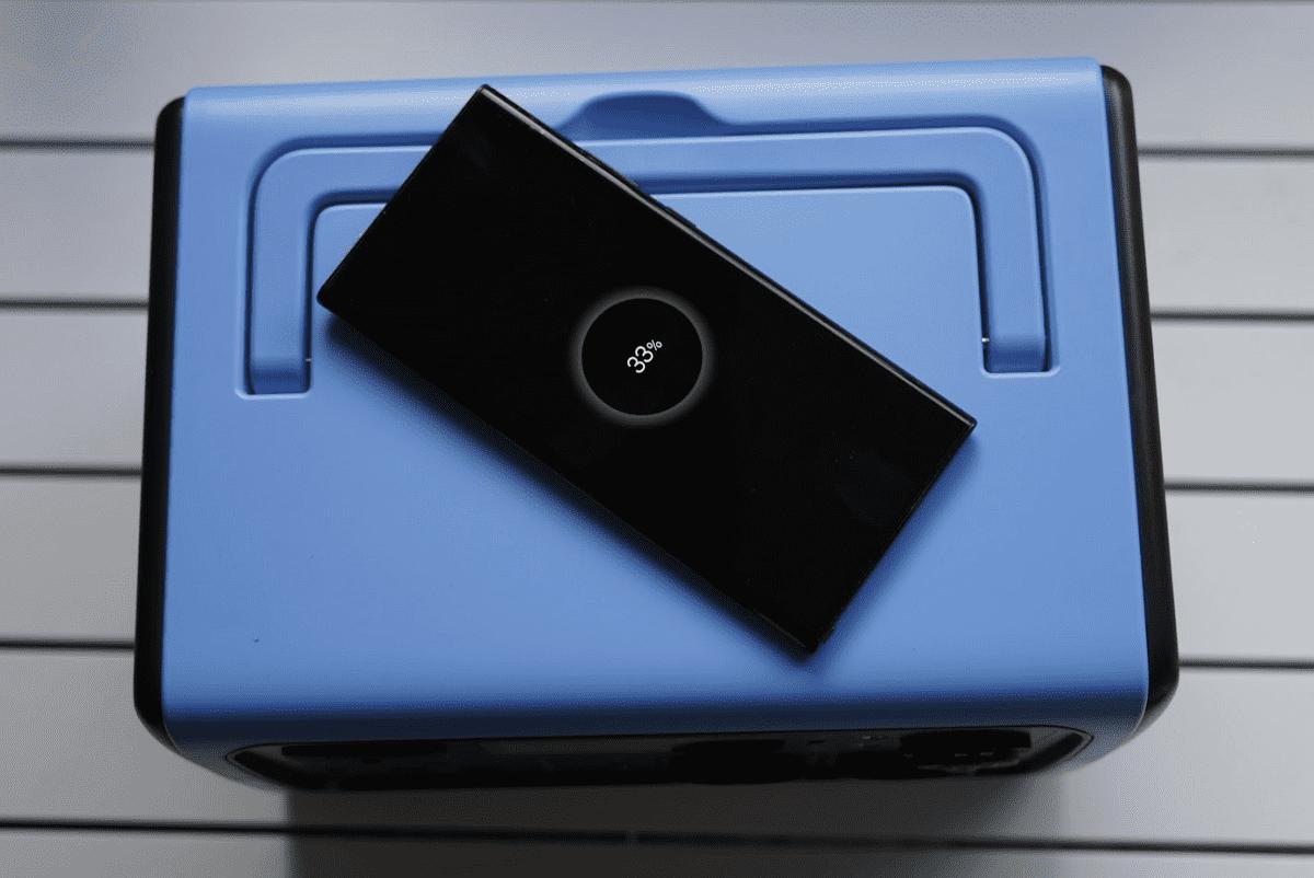 La EB55 cuenta con cargador inalámbrico