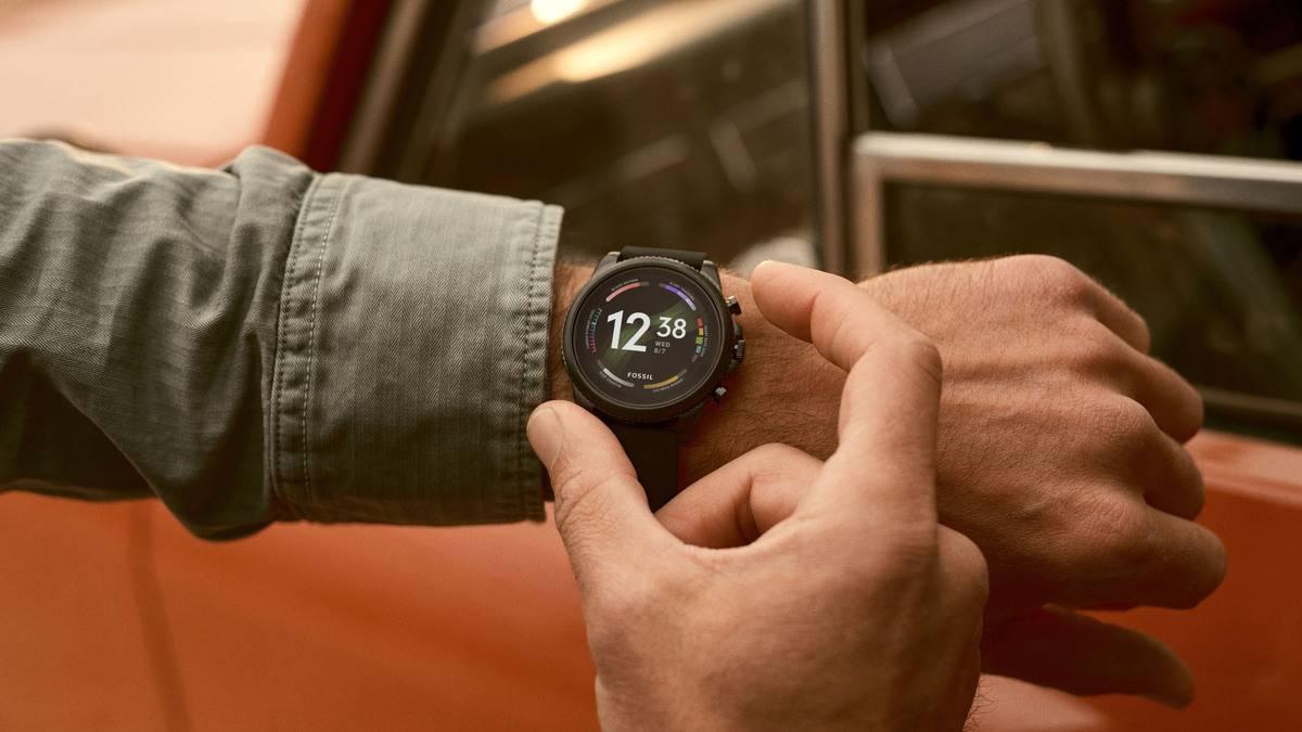 Fossil-Gen-6-Smartwatch-black-on-wrist.jpg