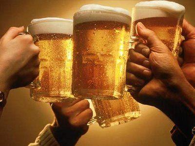 huelvabuenasnoticias.com_wp_content_uploads_2013_12_brindis_cerveza.